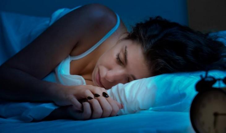 Dormir de luz acesa pode causar doença grave; saiba qual.
