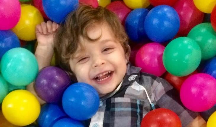 Menino autista rejeitado em aniversário por amiga da mãe ganhará festa inesquecível.